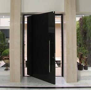 Porta de Vidro Pivotante com Batente de Madeira